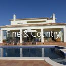 Property of the week: CARVOEIRO/ PORCHES – Immaculate 4-bedroom villa with pool and ocean views