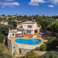 Property of the week: CARVOEIRO – Spacious 4-bed villa with pool, sea views and a 2.000 m2 building plot
