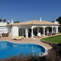 Property of the week: CARVOEIRO – Spacious 4-bed villa with pool and golf  + mountain views