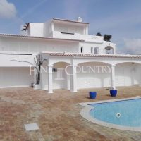 Property of the week: CARVOEIRO – Spacious 4-bed villa with pool and fantastic sea views